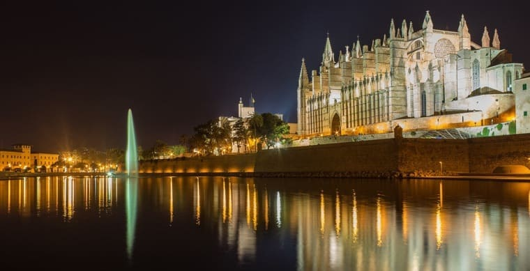 Realestate-palma-cathedral-by-night
